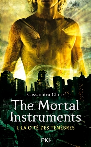 Couverture La Cité des Ténèbres / The Mortal Instruments, tome 1 : La Coupe mortelle