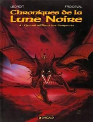 Couverture Chroniques de la Lune Noire, tome 04 : Quand sifflent les serpents