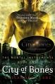 Couverture La cité des ténèbres / The mortal instruments, tome 1 : La coupe mortelle / La cité des ténèbres Editions Walker Books 2007